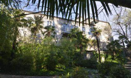 - Le Château d'Uzer, la façade Est vue du parc, avec l'aile XIXème où se trouvent certaines chambres.