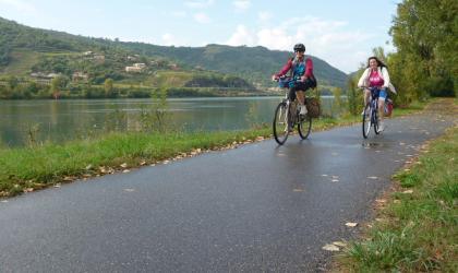 Vision du Monde - La ViaRhôna de Vienne en Avignon - Cyclistes le long du fleuve