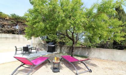 Gîtes de France - le coin barbecue et détente sous l'amandier