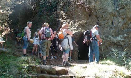 Pays d'art et d'histoire du Vivarais Méridional - Visite guidée des balmes de Montbrun avec une géologue (association CLAPAS)