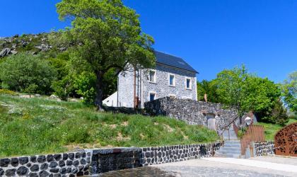 ©A.Renaud-Goud-ADT07 - Source authentique de la loire et maison de site du Mont Gerbier de Jonc