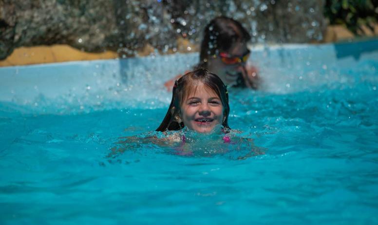 Teyssier maud - enfant dans piscine