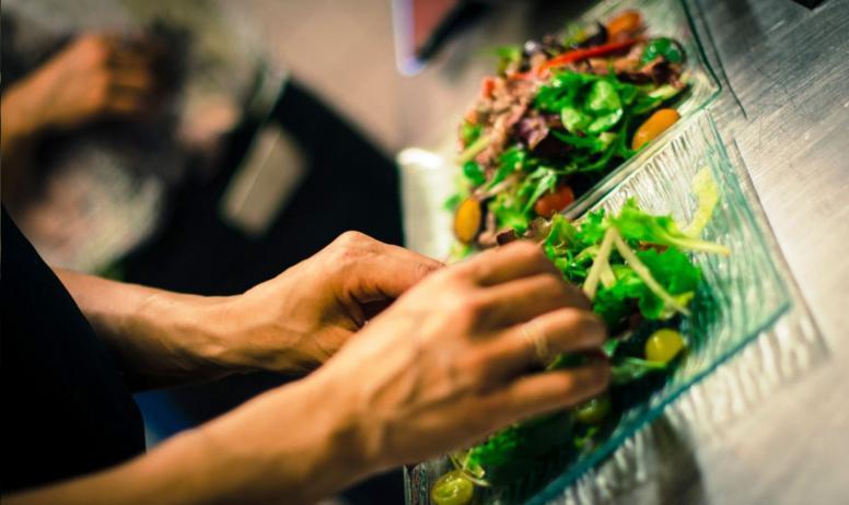 © Pierre Brunel - Le chef-cuisinier en action !