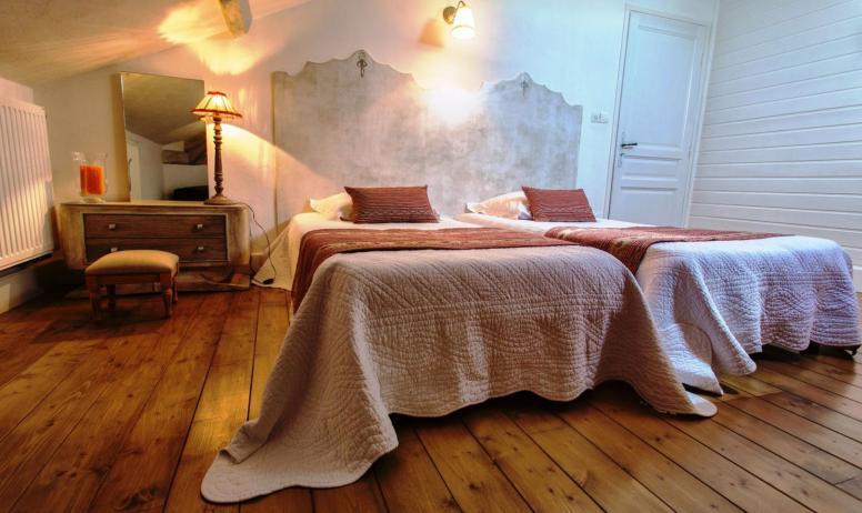© La Villa des Charmilles - La chambre familiale (2ème étage, côté village)