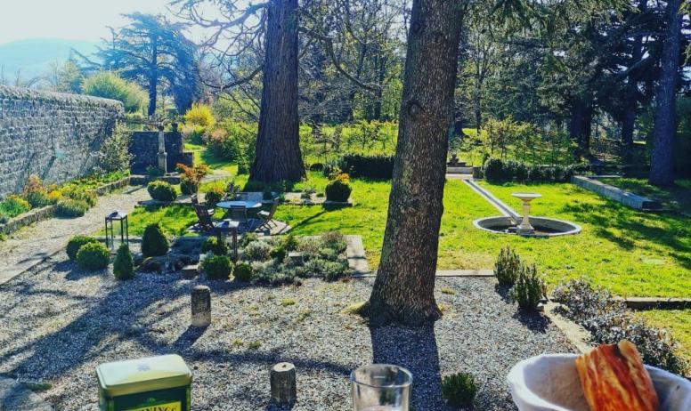 © La Villa des Charmilles - Un agréable petit-déjeuner en terrasse