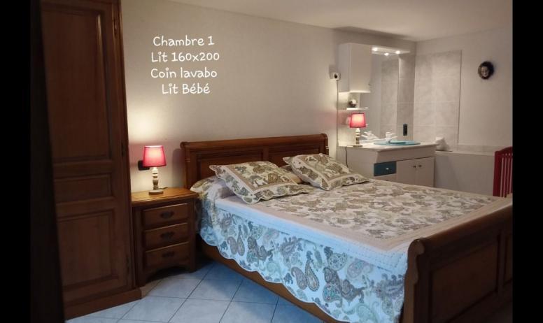 Clévacances - Chambre 1 , lit bébé, coin lavabo