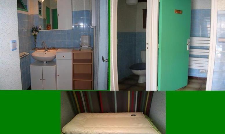 Clévacances - Salle d'eau avec WC, douche et coin lavabo / coin bébé séparé