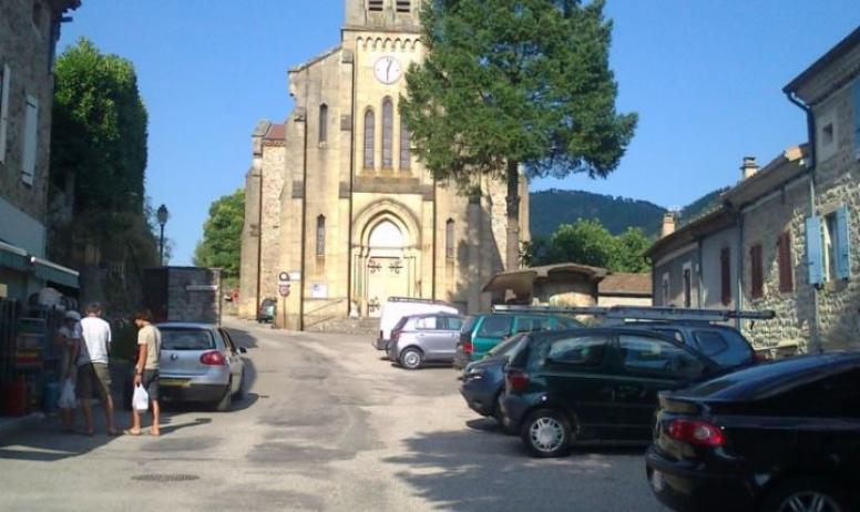 Clévacances - Place de l'Eglise, commerce et accés Gîte