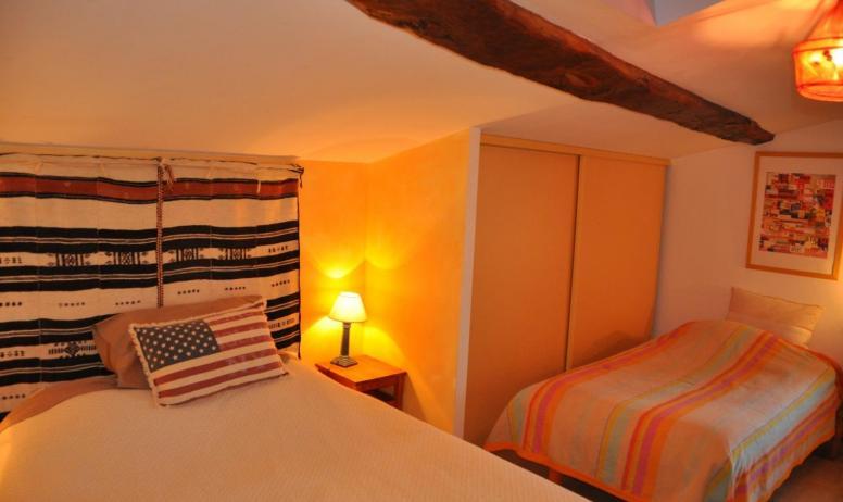 Gîtes de France - Chambre  1 ° etage avec 1 grand lit 140 et lit 1 personne 90