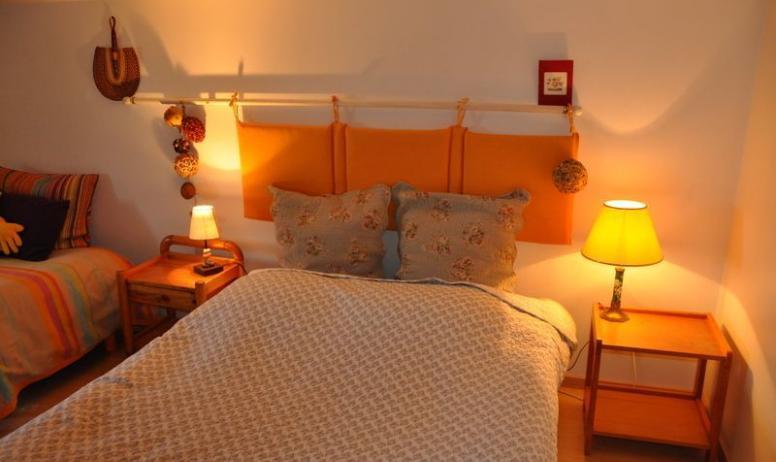 Gîtes de France - au 1° étage Chambre avec 1 grand lit 140 et canapé BZ d'appoint 2 personnes.