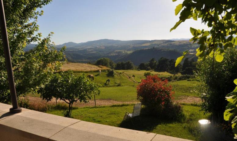 Gîtes de France - Vue imprenable sur les monts de l'Ardèche. Terrasse avec table et chaises