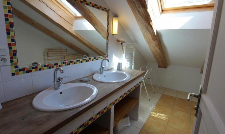 Gîtes de France - Salle de bains de l'étage.
