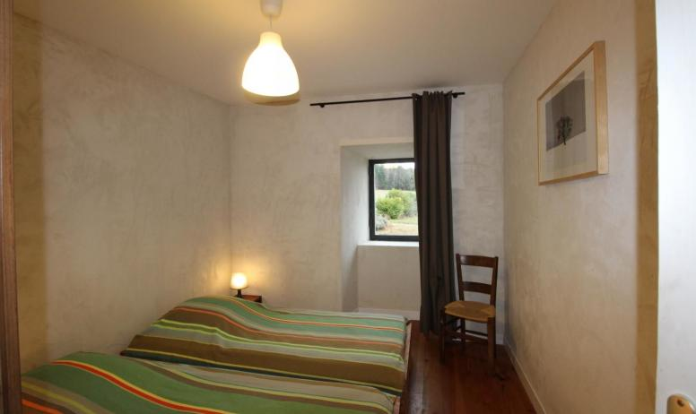 Gîtes de France - Autre vue de la chambre aux 2 lits en 90 cm X 190 cm au rez de chaussée