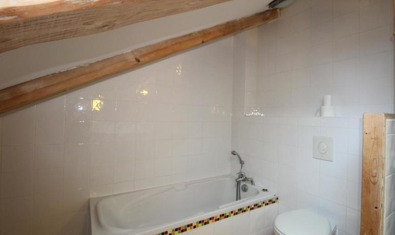 Gîtes de France - Baignoire de la salle de bains et WC suspendu.