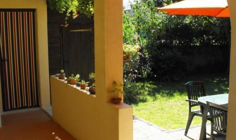 Gîtes de France - S'il pleut la terrasse est un bon refuge pour déjeuner dehors...