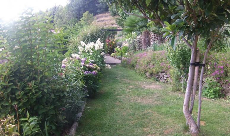 Gîtes de France - le jardin avec piscine