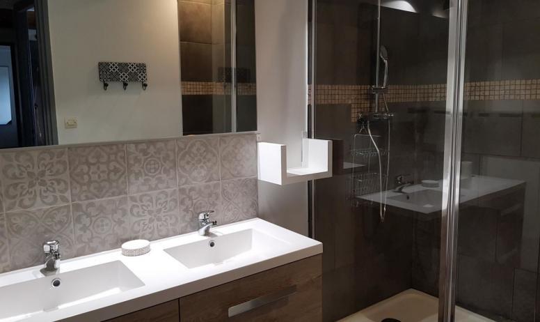 Gîtes de France - Grande douche à l'italienne avec double vasque