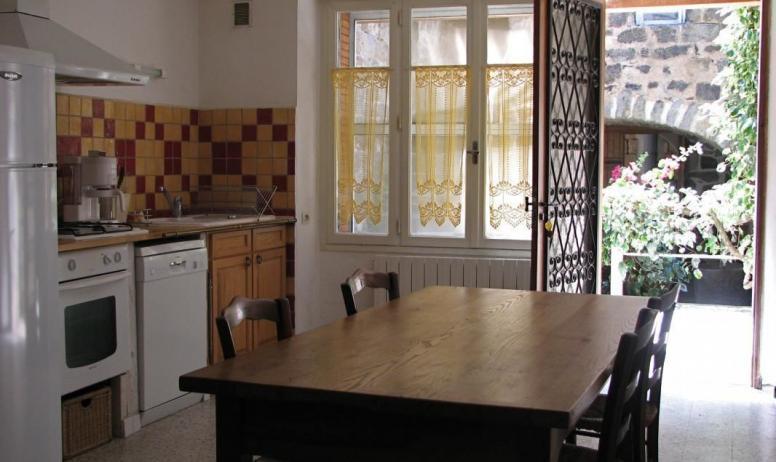 Gîtes de France - cuisine donnant sur la terrasse