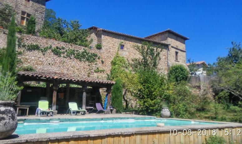 Gîtes de France - Vue de la piscine Partagée (10h 16h) avec le gite en surplomp