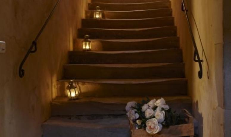 Gîtes de France - L'escalier en pierre qui mène aux chambres