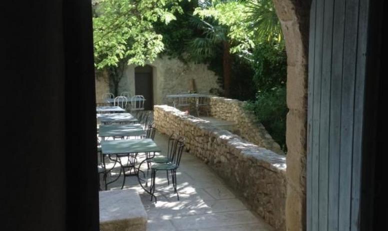 Gîtes de France - Au Château d'Uzer, un porche nous fait découvrir une belle terrasse et le parc.
