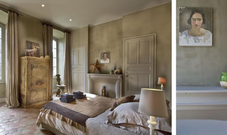 """Gîtes de France - Au Château d'Uzer, la chambre """"du Général"""", belle chambre, lumineuse, avec deux grandes fenêtres donnant sur le parc."""