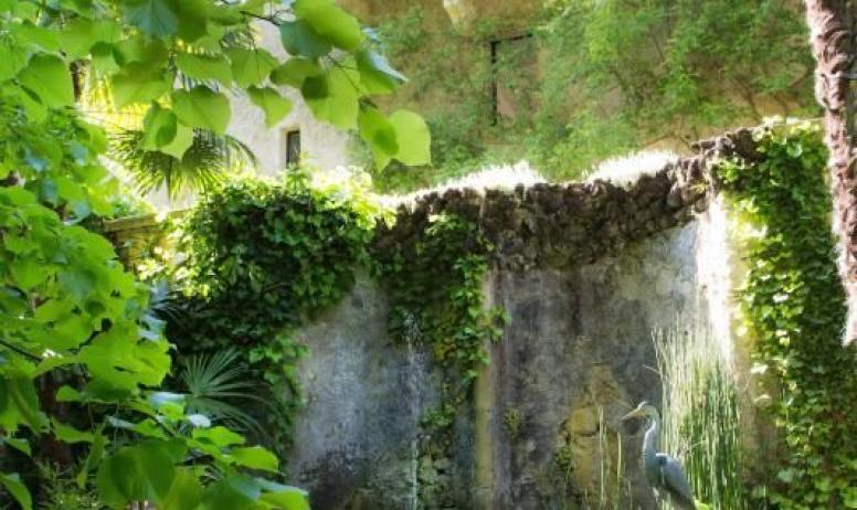 Gîtes de France - Au Château d'Uzer, la fontaine, sous la terrasse, est alimentée par la source d'eau douce du parc.