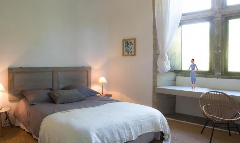 Gîtes de France - Au Château d'Uzer, la suite « Pom et Flore », au 2ème étage, dans une aile du château, grande suite familiale (45m2) composée de deux chambres (deux lits doubles). Salle de bains séparée avec baignoire et douche à l'italienn