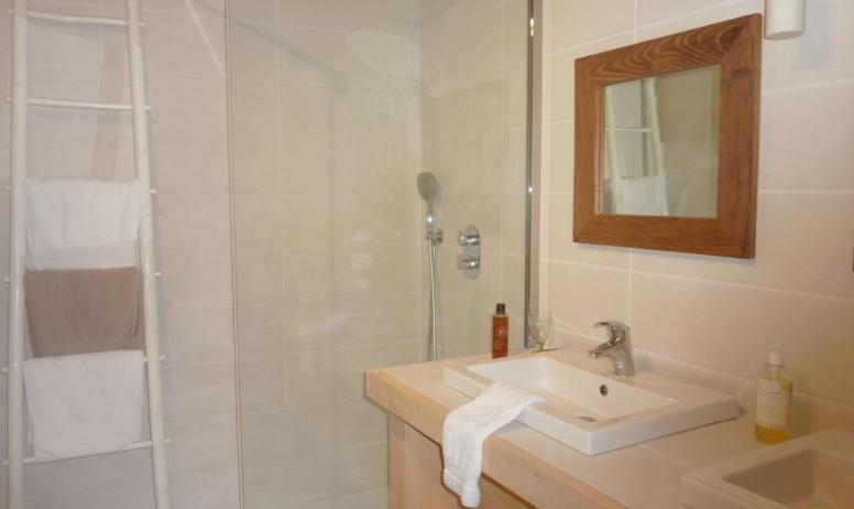 """Gîtes de France - """" salle de bain de la suite"""""""