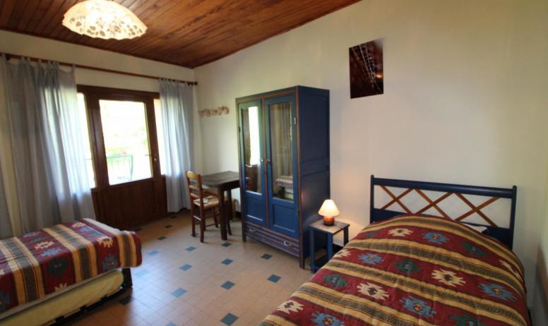Gîtes de France - La chambre qui peut être pour 3 personnes. Elle a un accès sur le balcon supérieur.