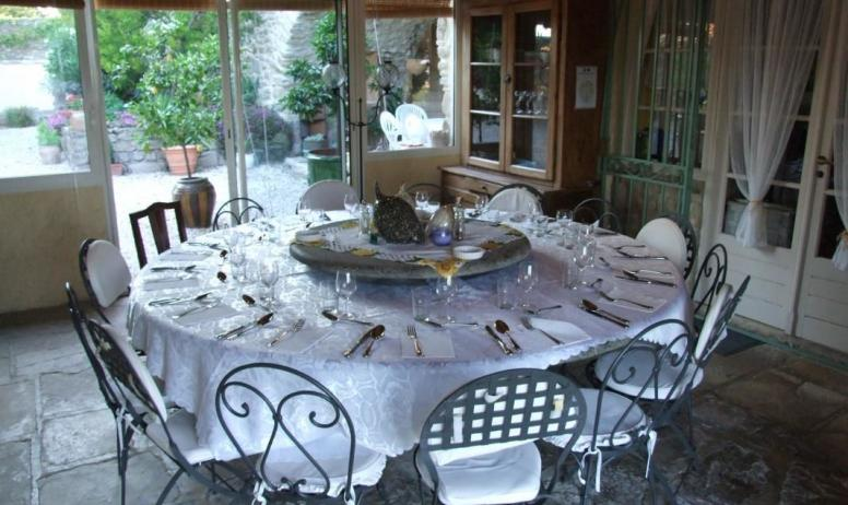 Gîtes de France - SALLE A MANGER TABLE RONDE CONVIVIALE