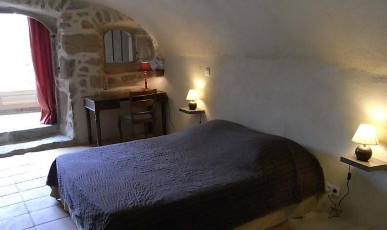 Gîtes de France - Chambre voutée comprenant 1 grand lit et une salle d'eau avec wc privés