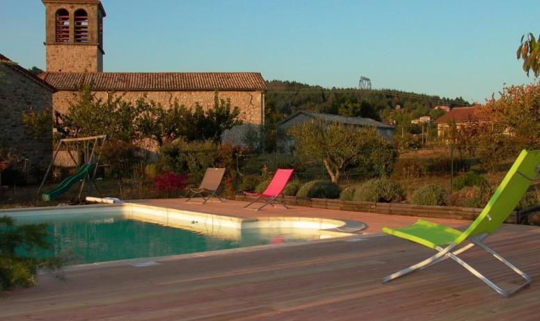 Gîtes de France - La piscine avec l église en arrière plan