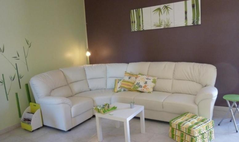 Gîtes de France - Magnifique canapé d'angle très confortable.