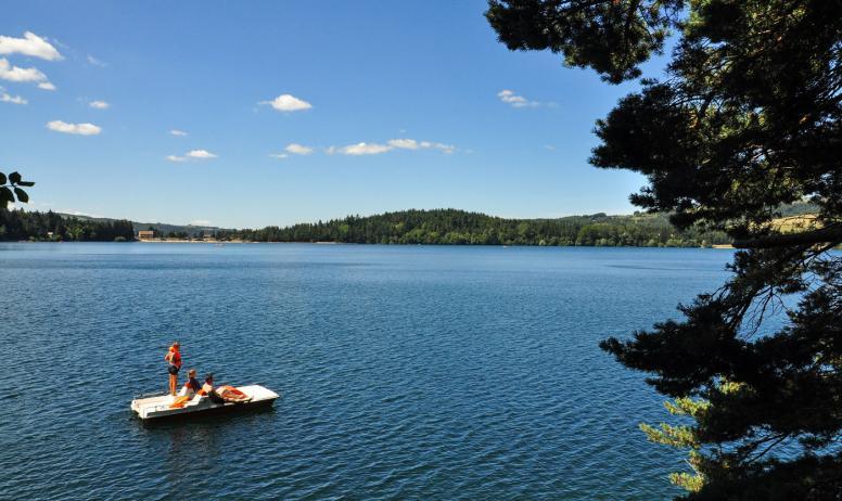 © A.Renaud-Goud-ADT07 - Pédalo au lac d'Issarlès