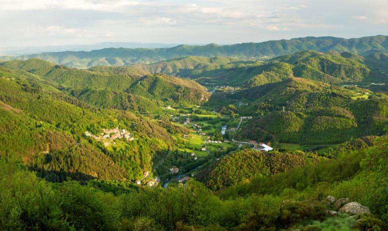 ©S.BUGNON - Chirols - Le village et la vallée de la Fontaulière depuis les hauteurs