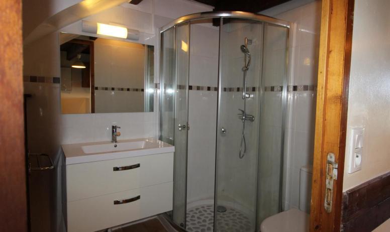 Gîtes de France - Salle de bains avec douche et toilette. Rez de chaussée