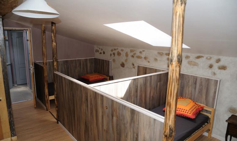 © Domaine du Pray d'Aunay - La chambre commune cloisonnée en 3 parties (1 lit double / 3 lits simples / 4 lits simples)