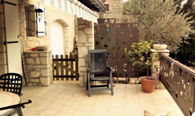 Clévacances - Entrée du gîte par une terrasse close et couverte et équipée