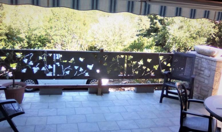 Clévacances - Vue à partir de la terrasse couverte sur montagne et parking au pied du logement