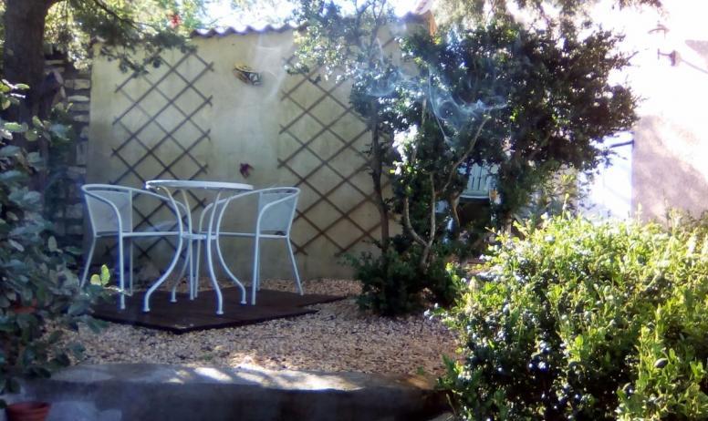 Clévacances - Un petit coin lecture ou farniente sous les arbres...
