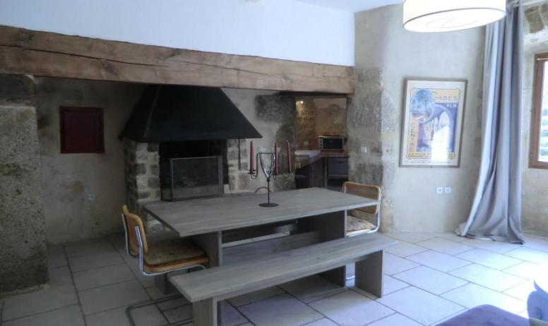 Gîtes de France - Vue de la cheminée et de l'entrée de la cuisine de la partie gite de la tour
