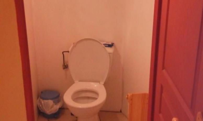 Gîtes de France - toilette du bas a coté de la deuxième entrée de la partie Oratoire