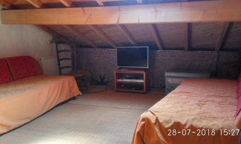Gîtes de France - vue de la mezzanine du haut avec télé et potentiellement trois couchage de la partie Oratoire