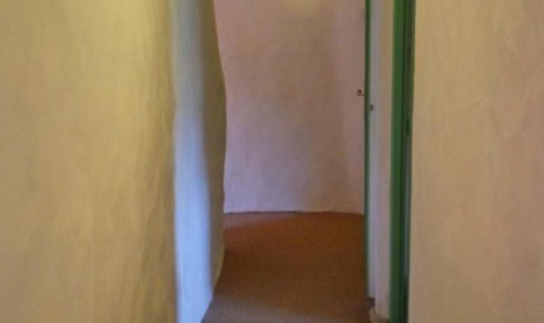 Gîtes de France - vue de la fin du couloir du haut depuis la troisième chambre de la partie Oratoire