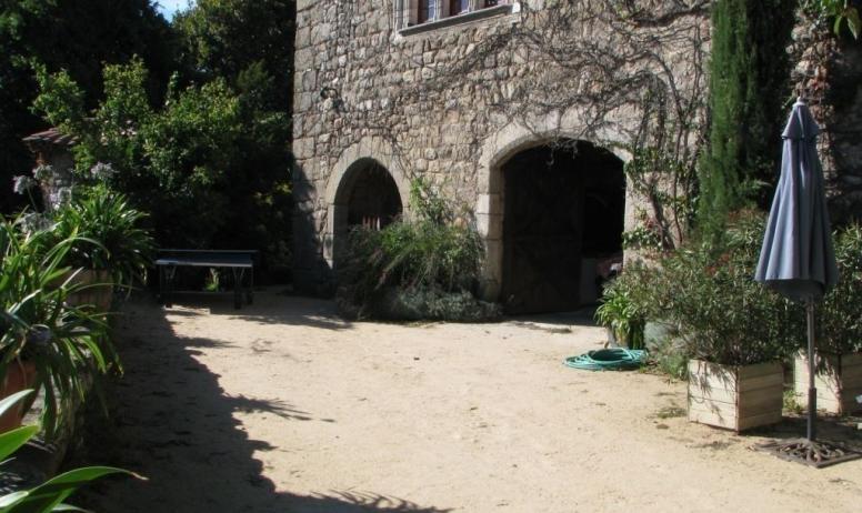 Gîtes de France - vue de la cour faisant suite a l'espace entre les deux partie du gite château de Grozon