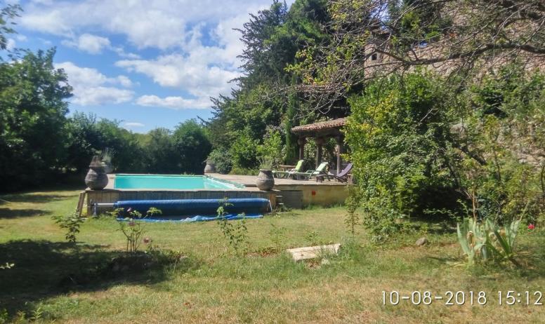 Gîtes de France - vue de la piscine depuis le fond du jardin