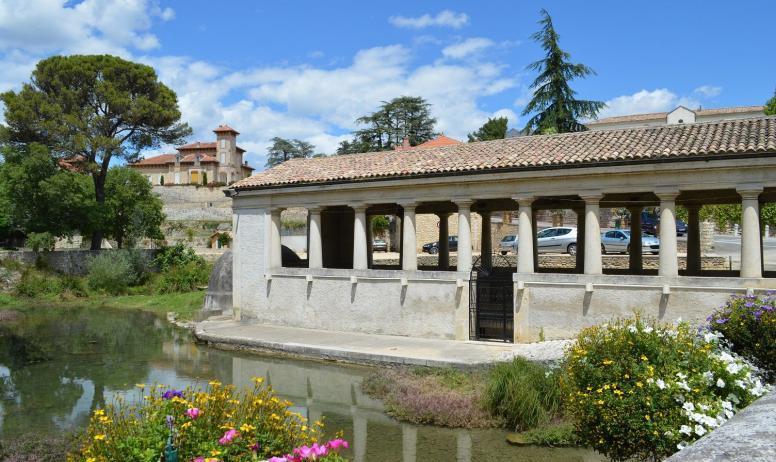 Office de Tourisme du Rhône aux Gorges de l'Ardèche - Le lavoir, dans le Vallon de Tourne, lieu chargé d'histoire