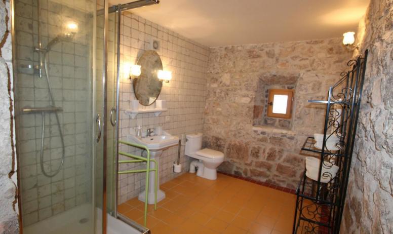 Gîtes de France - salle d'eau et wc privatif chambre Bignones