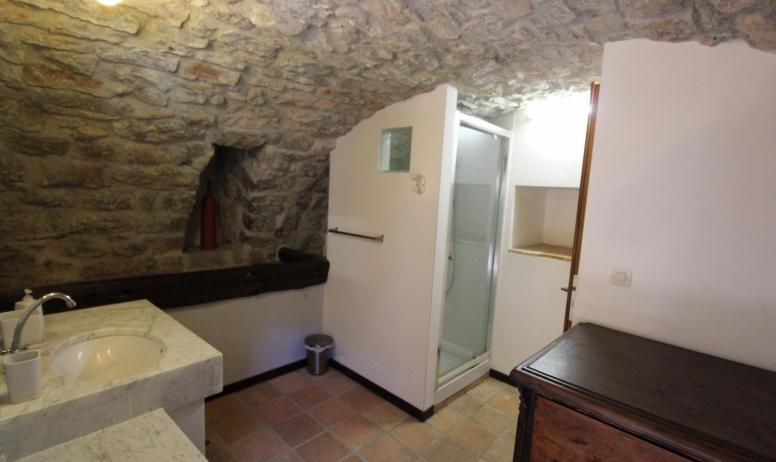 """Gîtes de France - salle d'eau et wc situés dans la 4e chambre voutée """"Mangeoire"""""""